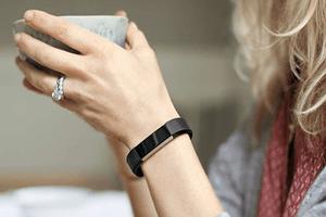 femme-portant-bracelet-connecte