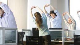 exercice-physique-yoga-au-bureau