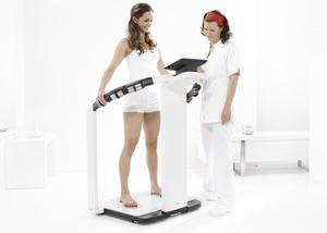 analyse-dimpedance-bioelectrique-bia-pour-mesurer-le-pourcentage-de-graisse-corporelle