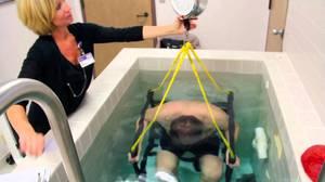 pesee-hydrostatique-pour-mesurer-le-pourcentage-de-graisse-corporelle