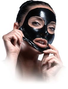 femme-utilisant-blackhead-killer-masque-noir-pour-visage
